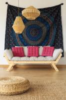 Jednoduchá pohovka a bambusové stropné svietidlá v bohémskej obývačke
