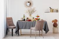 Čalúnené stoličky a okrúhle zrkadlo vo svetlej jedálni