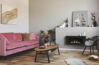 Ružová pohovka v sivej retro obývačke