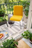 Žltá stolička na malom balkóne s rastlinami v kvetináčoch