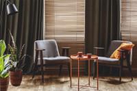 Sivé retro kreslá a oranžový odkladací stolík