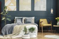 Elegantné kreslo v spálni s kontrastnou tmavosivou stenou