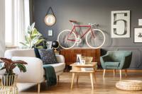 Pohovka a kreslo na drevených nožičkách v retro obývačke
