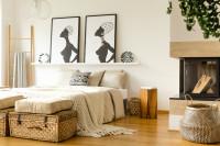 Priestranná posteľ s pletenou dekou a prírodnými doplnkami