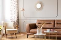 Hnedá kožená pohovka a súprava konferenčných stolíkov