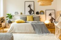 Manželská posteľ vo svetlej spálni s prírodnými dekoráciami