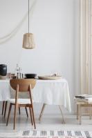 Biela jedáleň s prírodným dreveným nábytkom