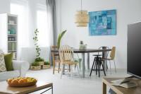 Veľký stôl so stoličkami a modrý obraz v modernej jedálni