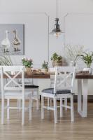 Dlhý jedálenský stôl a biele stoličky v provensálskom štýle