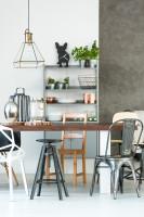 Kovové industriálne stoličky a drevený jedálenský stôl
