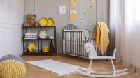 Kovová polica v detskej izbe so žltými doplnkami