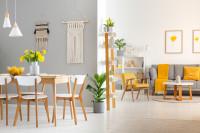 Drevený jedálenský stôl a stoličky so žltými doplnkami