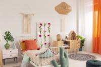 Biela kovová posteľ a prírodné dekorácie v boho štýle