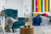 Modré kreslo ušiak v pestrofarebnej spálni