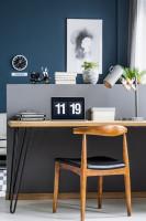 Písací stôl a drevená stolička s elegantnou sivou zástenou