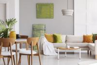 Jedálenský kút a rohová pohovka v bielej obývačke