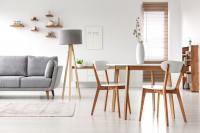 Drevený jedálenský stôl a stoličky v svetlých tónoch