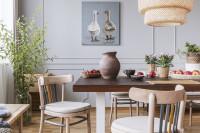 Svetlá jedáleň s dreveným stolom a stoličkami v rustikálnom štýle