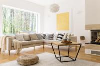 Béžová rohová sedačka v obývačke s prírodnými doplnkami