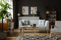 Biela pohovka v retro obývačke s tmavosivou stenou