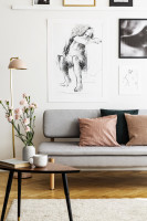 Hnedý retro stolík a sivá pohovka s ružovými doplnkami