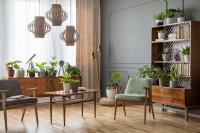 Drevený stolík a kreslá v štýlovej retro obývačke