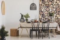 Dlhý jedálenský stôl a drevené stoličky s prírodnými vianočnými dekoráciami