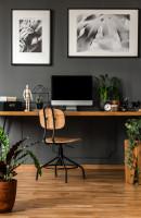Industriálna stolička a drevený stôl v sivej pracovni