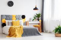 Čalúnená manželská posteľ v sivo-žltej kombinácii