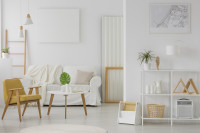Žlté kreslo vo svetlej obývačke v škandinávskom štýle