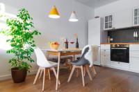 Plastové stoličky v bielej škandinávskej kuchyni