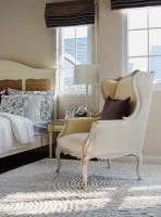 Vintage kreslo vo svetlej spálni