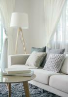 Pohovka a stojanová lampa v bielej škandinávskej obývačke