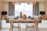 Jedálenský stôl a stoličky s drevenými dekoráciami