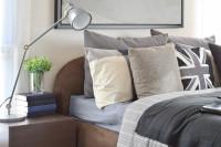 Kovová stolová lampa v modernej spálni