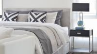 Čalúnená manželská posteľ v čiernobielej farebnosti