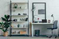 Čierno-biely regál a písací stôl v industriálnej pracovni