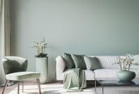 Svetlá pohovka s dekoračnými vankúšmi v sivých tónoch