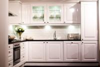 Biela kuchyňa s profilovanými dvierkami