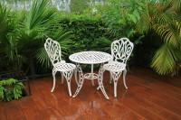 Biely kovový stolík a stoličky v romantickom štýle