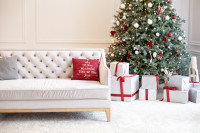 Biela pohovka a vianočný stromček v klasickom štýle