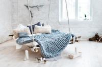 Závesná posteľ v bielej spálni s prírodnými doplnkami
