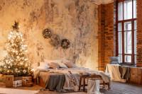 Veľká posteľ a vianočný stromček v industriálnej spálni