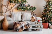 Svetlá látková pohovka a vianočné dekorácie v boho štýle