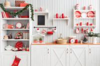 Biela provensálska kuchynská linka s červenými vianočnými ozdobami