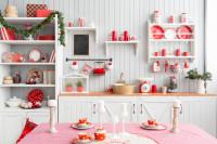 Biela provensálska kuchyňa s červenými doplnkami