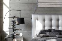 Čalúnená manželská posteľ a vianočné dekorácie v sivých tónoch