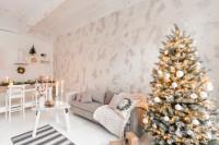 Sivá látková pohovka v bielej obývačke s vianočným stromčekom