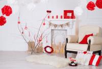 Svetlé kreslo v obývačke s valentínskymi dekoráciami