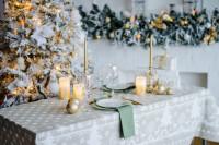 Dlhý jedálenský stôl s vianočnou výzdobou